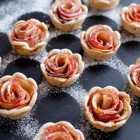 Støv mini rose apple pies with powdered sugar